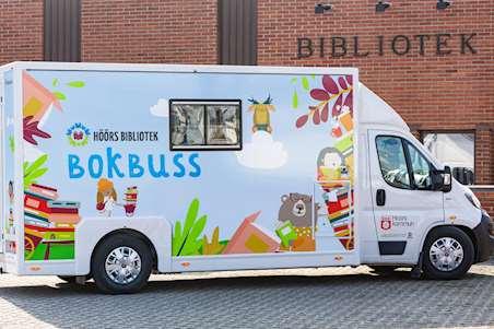 Höörs bokbuss utanför biblioteket